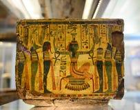 Forntida egyptiskt kulturföremål i museum Arkivbild