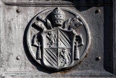 Forntida emblem av Vaticanet City i Rome (Italien) Arkivbild