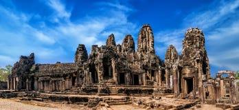 Forntida en khmerarkitektur Panoramasikt av den Bayon templet på Ang Arkivfoton