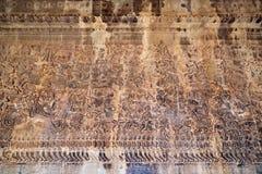 Forntida en khmerbasrelief på den Angkor Wat templet, Cambodja Royaltyfri Bild