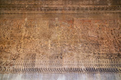 Forntida en khmerbasrelief på den Angkor Wat templet, Cambodja Royaltyfri Fotografi