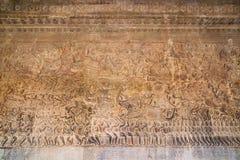 Forntida en khmerbasrelief på den Angkor Wat templet, Cambodja Royaltyfria Foton
