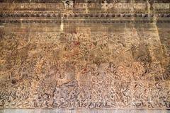 Forntida en khmerbasrelief på den Angkor Wat templet, Cambodja Arkivfoton