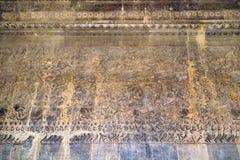 Forntida en khmerbasrelief på den Angkor Wat templet, Cambodja Arkivfoto