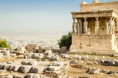 Forntida Erechtheion tempel på akropolkullen i Aten, Grekland royaltyfri fotografi