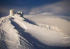 Forntida fästning i bergen i vintern royaltyfri foto