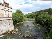 Forntida fästning nära floden royaltyfri fotografi