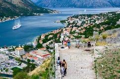 Forntida fästningväggar ovanför Kotor och fjärden av Kotor, Montenegro Royaltyfria Foton