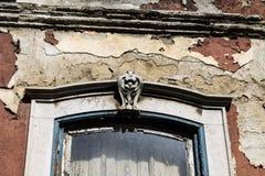 Forntida fönster i övergiven herrgård royaltyfria bilder