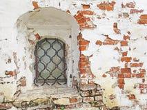 Forntida fönster i kloster Falskt medeltida fönster med ett l arkivfoto