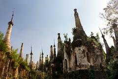 Forntida fördärvar av buddisten Stupas i Indein Arkivbild