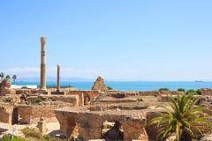 Forntida fördärvar av Carthage som förbiser medelhavet, Tunisien arkivbild