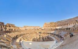 Forntida fördärvar av Colosseo från inre i morgonljus Arkivbilder