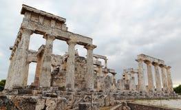 Forntida fördärvar av den Aphaia templet, Aegina arkivbilder