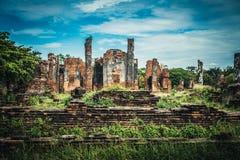 Forntida fördärvar av den gamla templet i Ayutthaya Arkivbilder