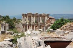 Forntida fördärvar av det Celsus arkivet i fördärvar av stad av Ephesus, Turkiet Arkivbild