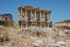 Forntida fördärvar av det Celsus arkivet i fördärvar av stad av Ephesus, Turkiet Fotografering för Bildbyråer