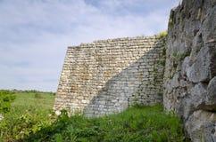 Forntida fördärvar av en medeltida fästning Fotografering för Bildbyråer