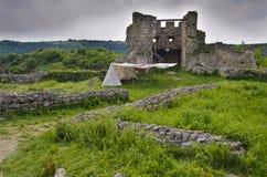 Forntida fördärvar av en medeltida fästning Royaltyfria Bilder