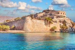Forntida fördärvar av en stärkt spetälskkoloni - den Spinalonga Kalydon ön Royaltyfri Bild
