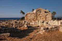Forntida fördärvar brutna väggar på havet med gömma i handflatan Arkivbilder