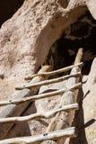 Forntida fördärvar i Bandelier den nationella monumentet Arkivbild