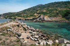 Forntida fördärvar i den forntida staden av Knidos Landskapet med forntida fördärvar Den gamla havsporten av Knidos kalkon Arkivfoton