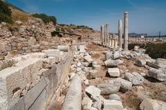 Forntida fördärvar i den forntida staden av Knidos Stäpplandskapet med forntida fördärvar Royaltyfri Bild