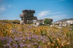 Forntida fördärvar i den forntida staden av Knidos Stäpplandskapet med forntida fördärvar Royaltyfria Foton