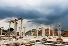 Forntida fördärvar mot en stormig himmel arkivfoton