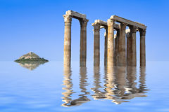 Forntida fördärvar och ön i vatten royaltyfria bilder