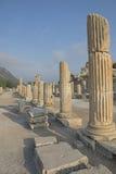 Forntida fördärvar på Ephesus i Turkiet, pelare som fodrar en gångbana Arkivfoto