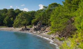 Forntida fördärvar på kusten Royaltyfri Bild