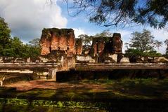 Forntida fördärvar på Polonnaruwa royaltyfri foto