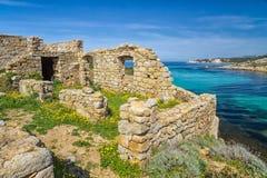 Forntida förstörd byggnad på kusten av Korsika fotografering för bildbyråer