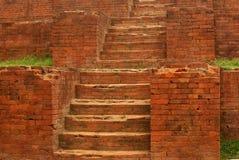 Forntida förstörd byggnadstrappuppgång av nära Dhaka, Bangladesh arkivfoton