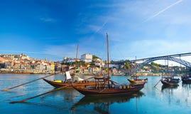 Forntida fartyg i Oporto, som var i van vid transport porten Arkivfoton