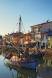 Forntida fartyg på den Leonardesque kanalen Port i Cesenatico i Emilia Romagna i Italien Royaltyfria Bilder