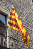 Forntida fasadbyggnad med senyeraen, catalan flagga, i balkong Royaltyfri Fotografi