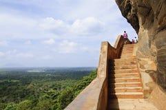 Forntida fotsteg till Sigiriya vaggar fästningen Arkivfoto
