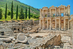 Forntida fördärvar av Ephesus på backen på solig dag Royaltyfri Fotografi