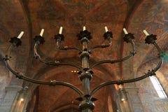 Forntida freskomålning och stor stearinljus inom den Brunswick domkyrkan Royaltyfria Foton