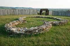 Forntida fundament av huset eller kyrkan, f?rst?rd stad royaltyfria bilder