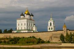 Forntida gammal fästning på himlen Juli 30. 2016, Ryssland - Pskov Kremlvägg, Treenighetdomkyrka, Klocka Towe för moln för flodba Royaltyfri Fotografi