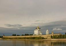 Forntida gammal fästning på himlen Juli 30. 2016, Ryssland - Pskov Kremlvägg, Treenighetdomkyrka, Klocka Towe för moln för flodba Arkivfoton