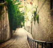 Forntida gammal gata som är sluttande med trappa i Spoleto Umbria royaltyfri fotografi