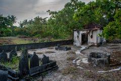 Forntida gammal kuslig kyrkogård med kryptan och gravar på den tropiska lokala ön Fenfushi Fotografering för Bildbyråer