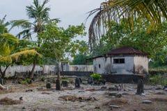 Forntida gammal kyrkogård med kryptan och gravar på den tropiska ön Royaltyfri Foto