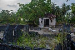 Forntida gammal kyrkogård med kryptan och gravar på den tropiska ön Fenfushi Arkivbild