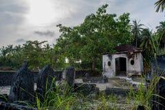 Forntida gammal kyrkogård med kryptan och gravar på den tropiska lokala ön Fenfushi Royaltyfri Bild